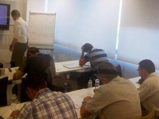 Los asistentes, concentrados, durante un momento de la formación en las oficinas de PRÜFTECHNIK de Barcelona