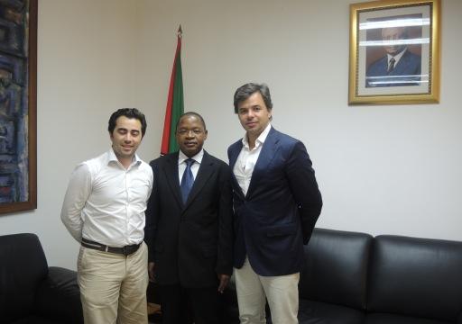 De izquierda a derecha_Miguel Pavao, presidente de ONG 'Mundo a Sorrir'; Alberto Clementino Vaquina, primer ministro de Mozambique; y Hugo da Mata, Area Manager de PRÜFTECHNIK
