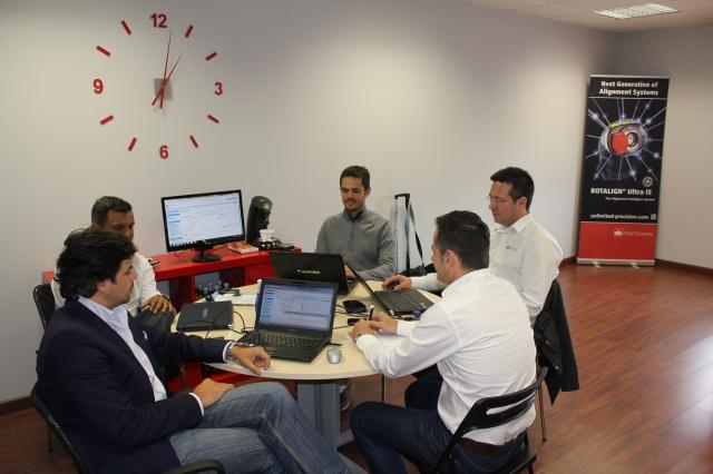 Imagen interior de la oficina de Sevilla durante una reunión de trabajo